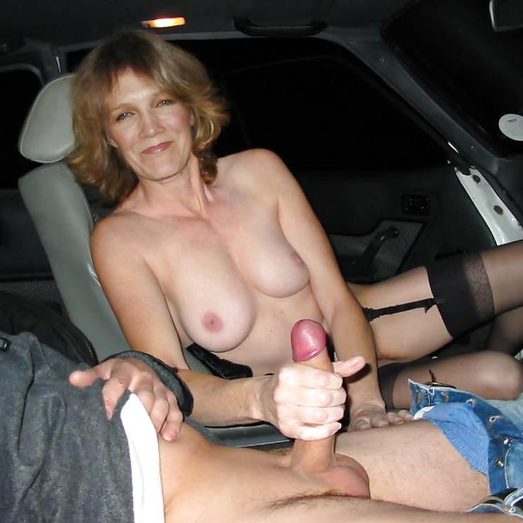 Donna matura che tiene un cazzo tra le mani