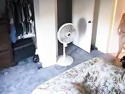 La ragazza è girato nuda nella sua stanza