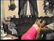 Moglie in ginocchio fa sesso orale ad un uomo nero