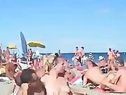 Diverse coppie fanno sesso in spiaggia