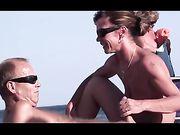 La moglie nudista fa un pompino in spiaggia