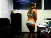 Una donna è nuda in ufficio in uno spettacolo dal vivo