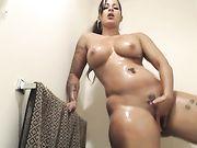 Una donna sudamericana con un grosso culo si masturba sotto la doccia
