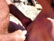 Una coppia di anziani fa una masturbazione reciproca in spiaggia